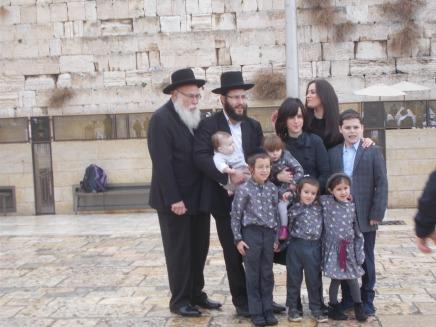 Famille devant le Mur des Lamentations
