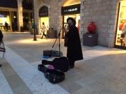Chanteur dans le quartier moderne